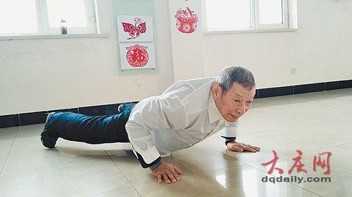 这都不是事儿:81岁老夫用拉力器一下拉5根-追梦健身网