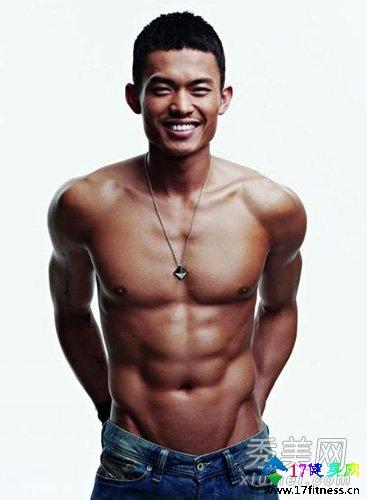 裸体男明星全裸秀肌肉