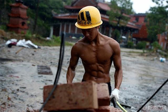 搬砖工小伙每天搬砖5千块 练出一身肌肉走红网络
