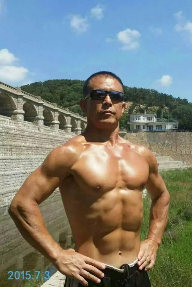 62岁大爷从未进过健身房,靠一块水泥练出6块腹肌!