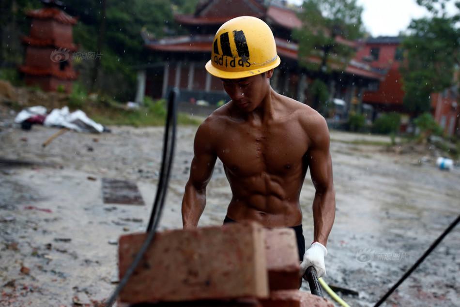 """健身爆红""""搬砖小伙"""" 国外也有搬砖肌肉狂人"""