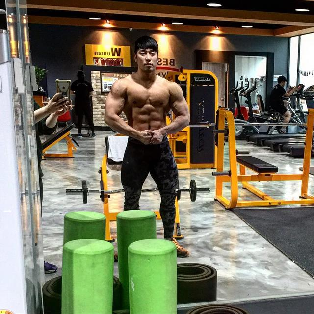 帅哥健身房秀大肌肉,这样的身材,真的吓到我了!