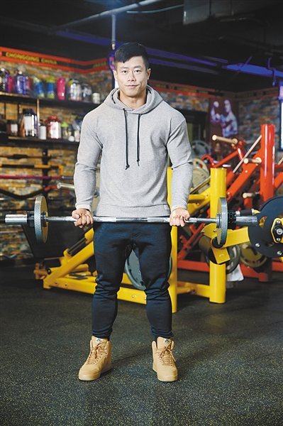 重庆男子痴迷健身成筋肉人 10年间平时吃饭都按克数算