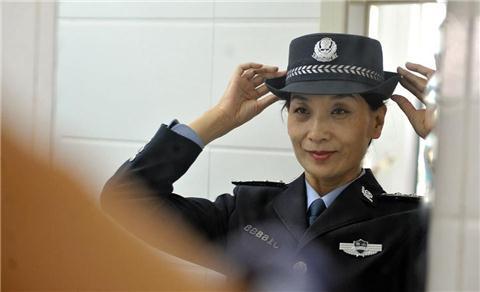 女警大姐50岁健身秀肌肉,我惊了个呆!