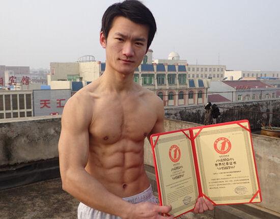 舟山小伙张孟孟创造单手俯卧撑世界纪录
