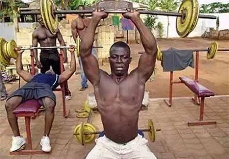 非洲兄弟健个身不容易啊!