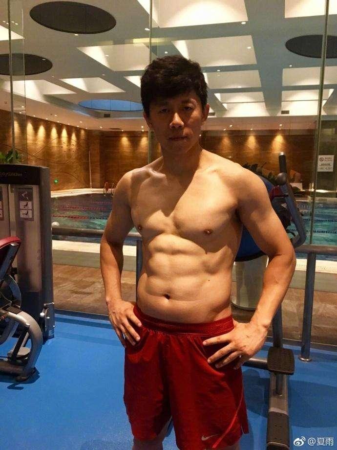 夏雨疯狂减脂秀八块腹肌, 看男明星谁的腹肌更棒?