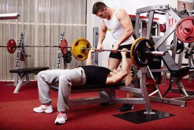 健身房里有没有必要请个私教? 漂亮的脸蛋都胖了!